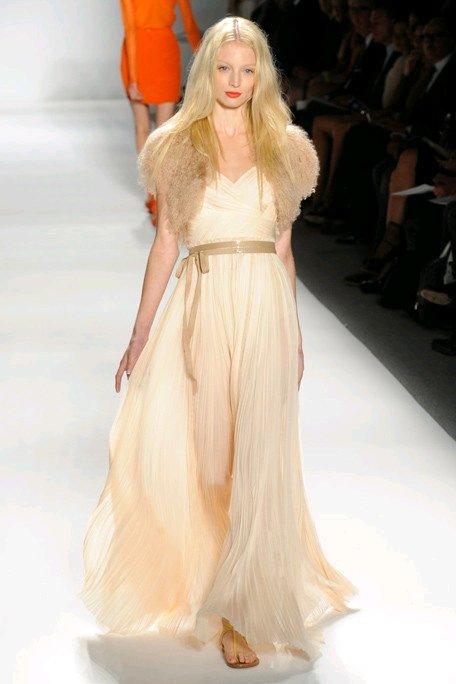 Romantic-wedding-dress-ivory-bridal-gown-trendy-bridal-belt-fur-shrug.full