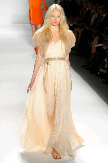 Romantic ivory wedding dress with bridal belt and fur for Fur shrug for wedding dress