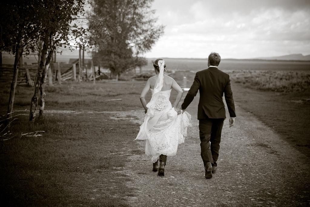 Romantic-wedding-photo-_bride-groom-hold-hands-outdoors.full
