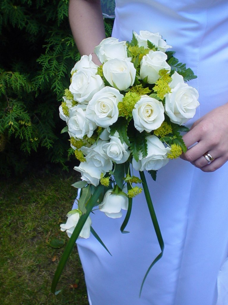 wedding-bouquet-white-roses