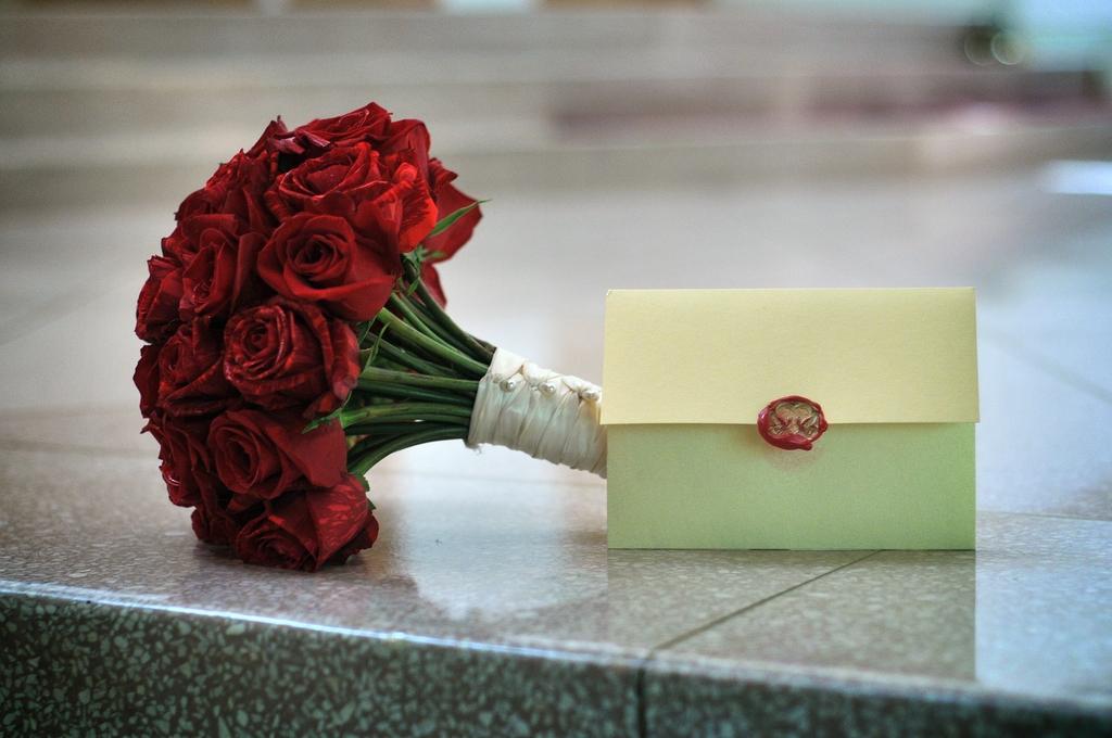 Fall-wedding-red-bridal-bouquet.full