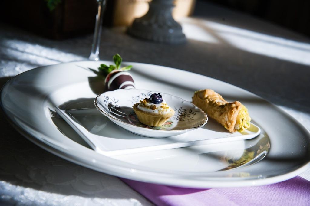 Dessert_buffet_for_a_winter_wedding.full