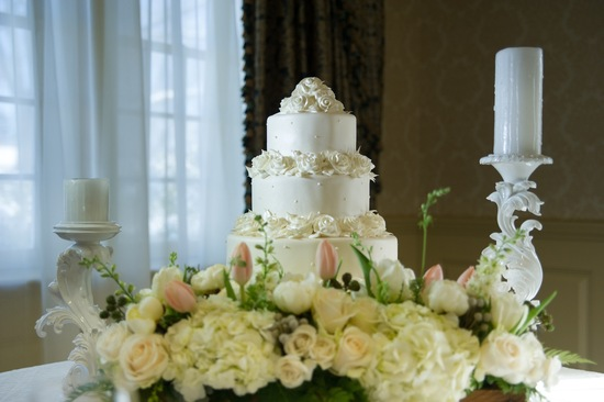 White cake for a winter wedding