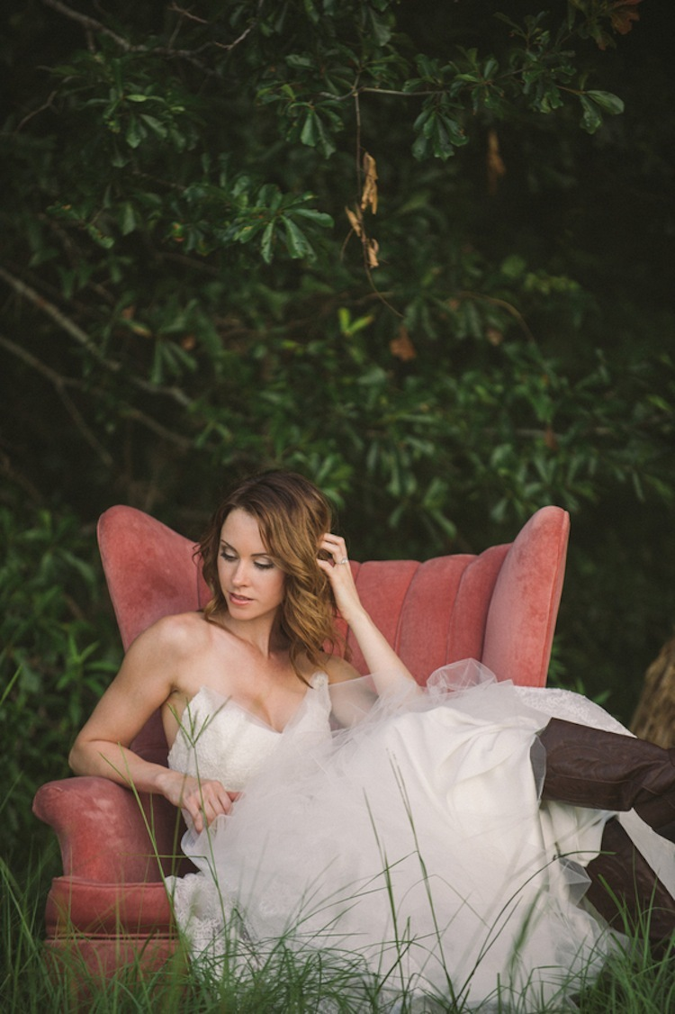Rustic_bride_outdoor_setting.full