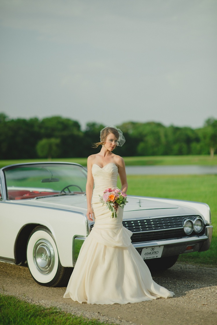 Vintage_car_for_a_beautiful_bride.full