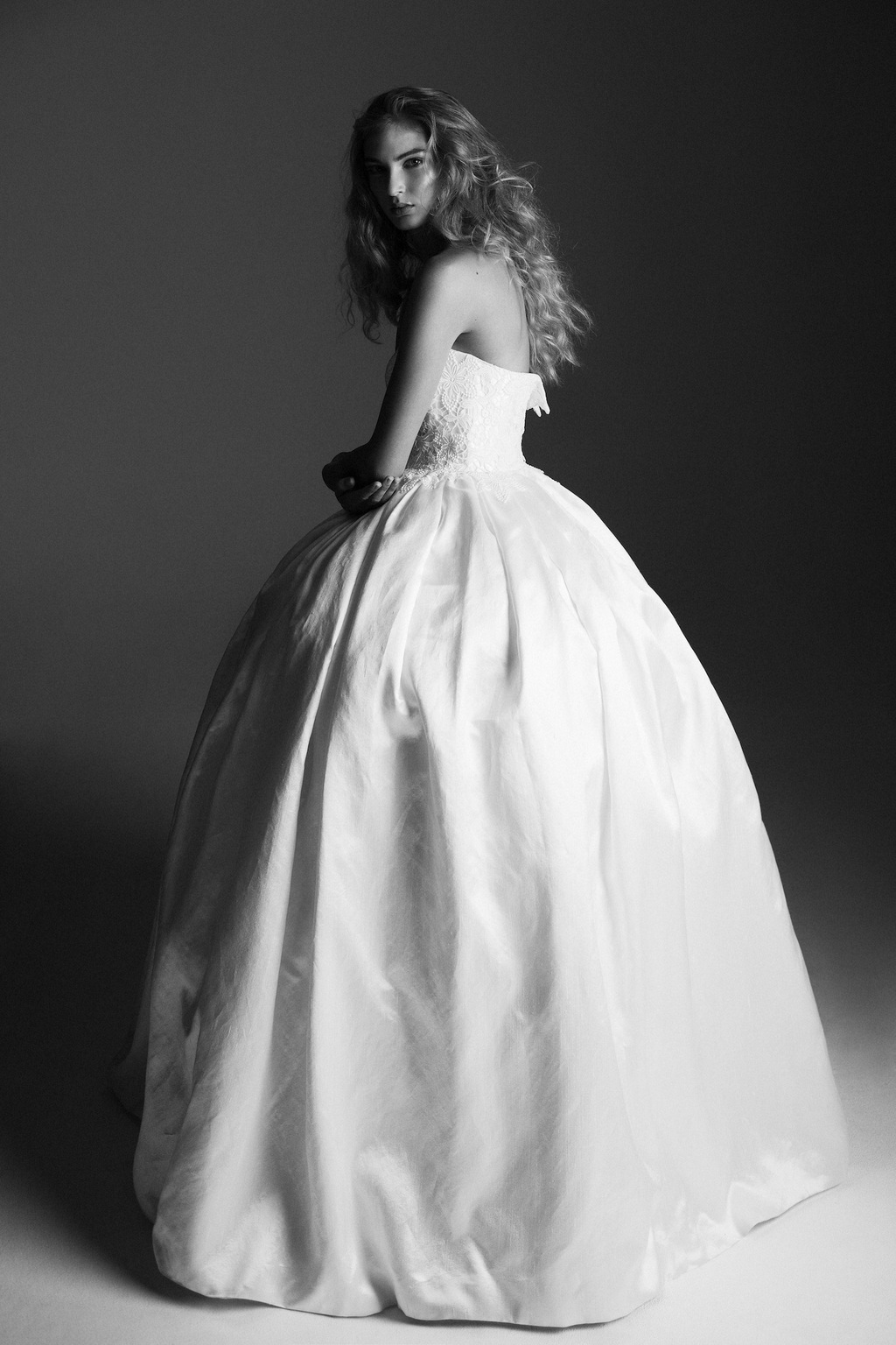 Ball_gown_wedding_dress_from_alana_aoun_black_and_white.full