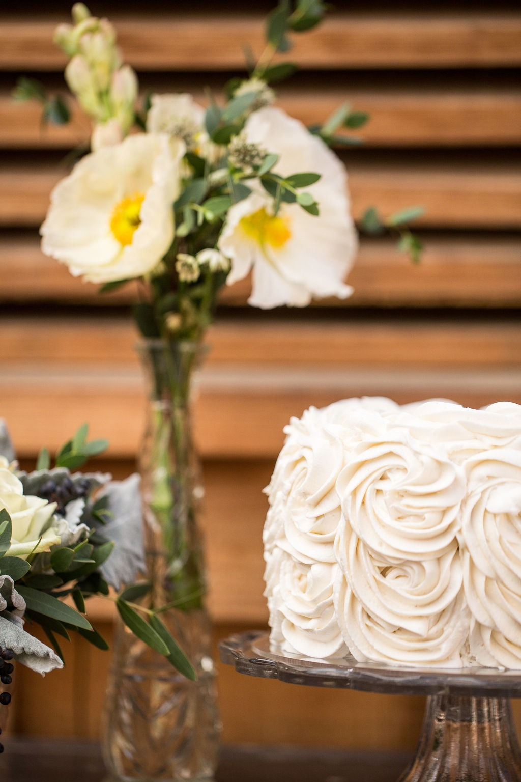 Simple_white_wedding_cake.full