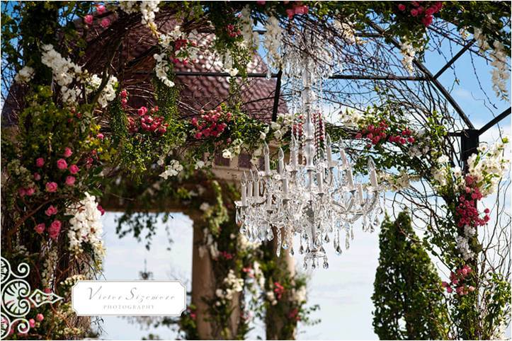 2011-wedding-trends-outdoor-weddings-luxe-decor-fresh-flowers-crystal-chandelier.full