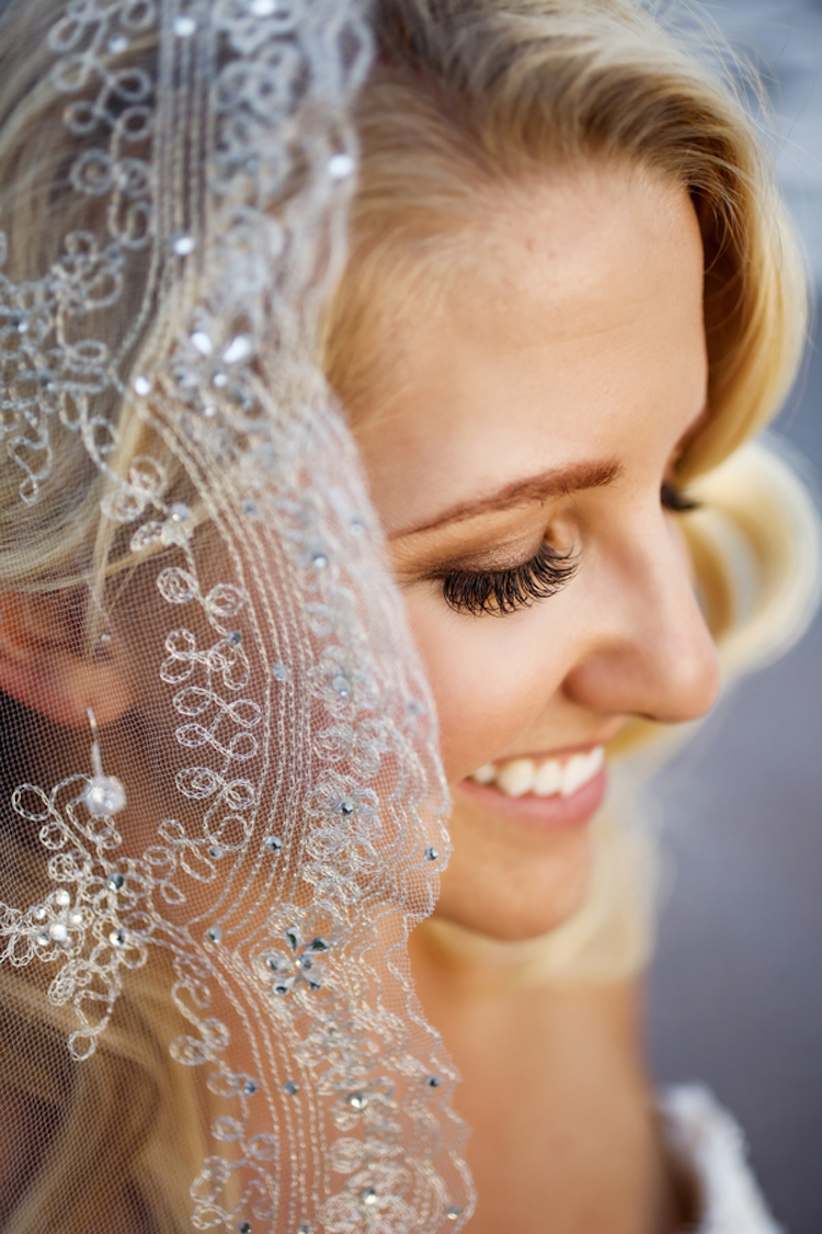 Bride_close_up_with_bling_veil.full