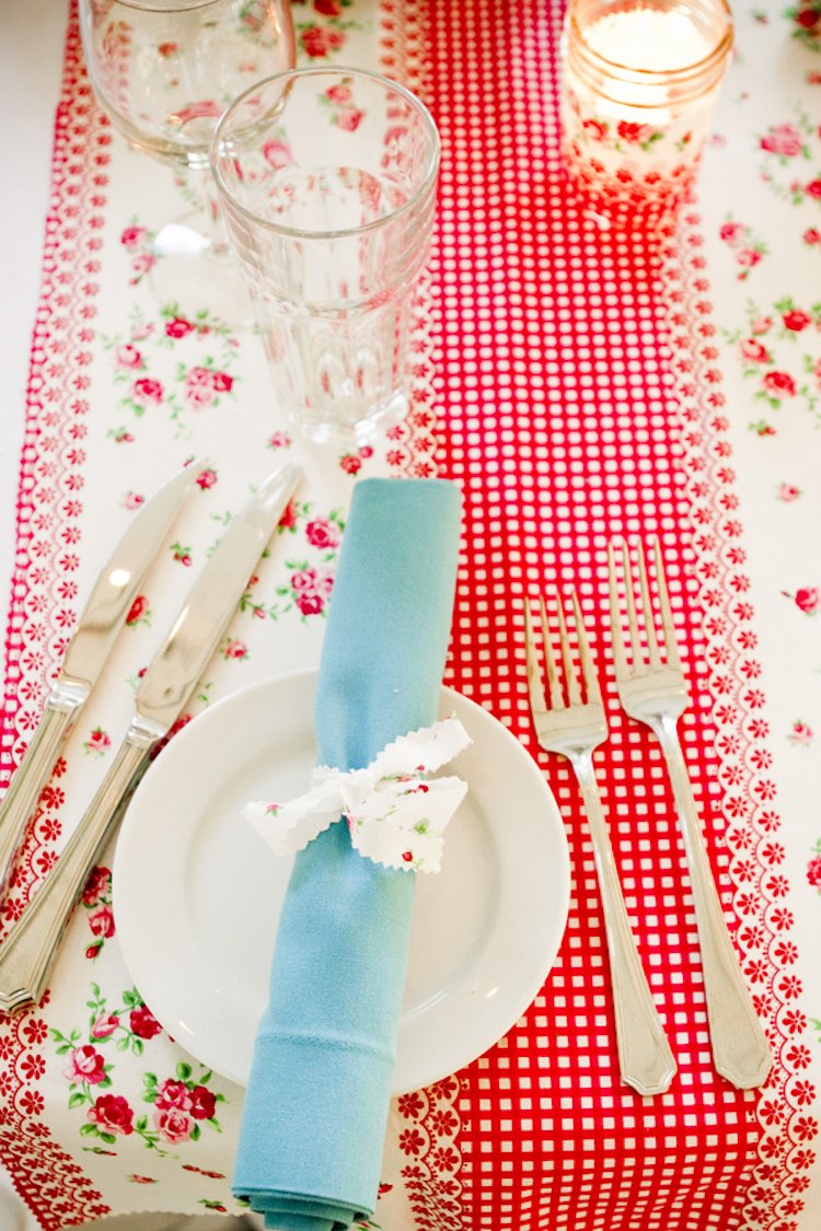 Blue_and_red_place_setting.full