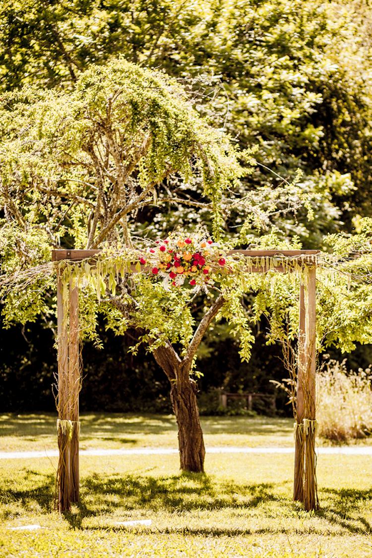 Moss_altar_for_a_hipster_garden_wedding.full