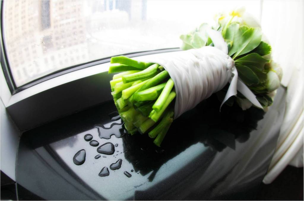 New-york-brides-ivory-bridal-bouquet-sits-in-window.full