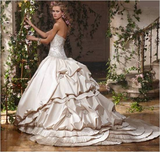 Voluminous ballgown from Amalia Carrara's 2011 bridal collection