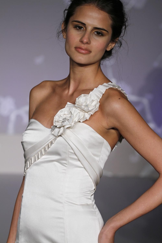 9105-spring-2011-alvina-valenta-chic-wedding-dress-mermaid-ruffle-details-back-silk-detail.full