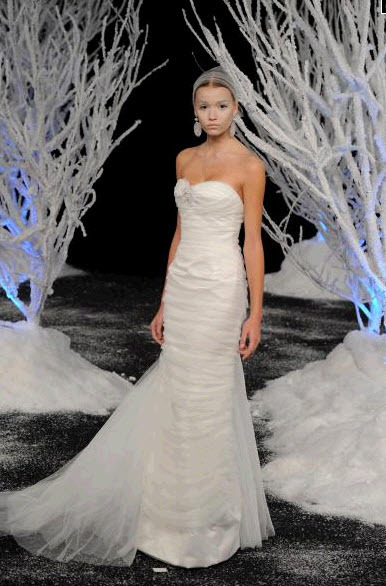 Sweetheart neckline 2011 Douglas Hannant wedding dress