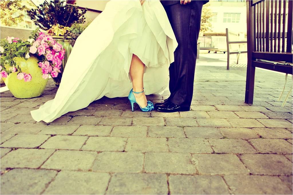 Washington-diy-wedding-outdoor-photos-bride-in-white-wedding-dress-blue-bridal-heels.full