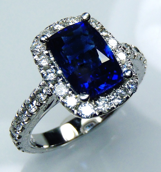 18 kt white gold blue cushion cut natural Ceylon sapphire and diamond ring