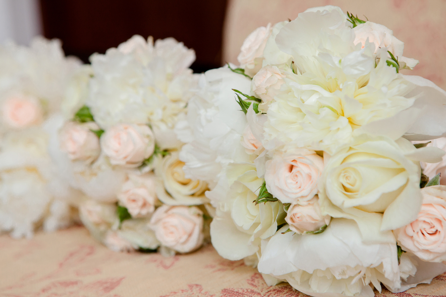 White_and_pale_pink_rose_bouquets.full