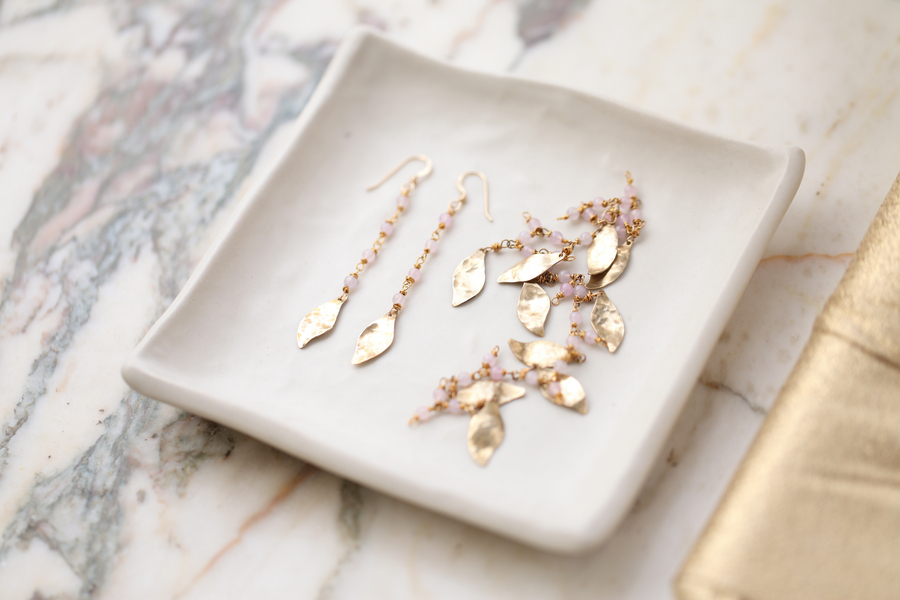 Gold_jewelry_with_leaf_details.full