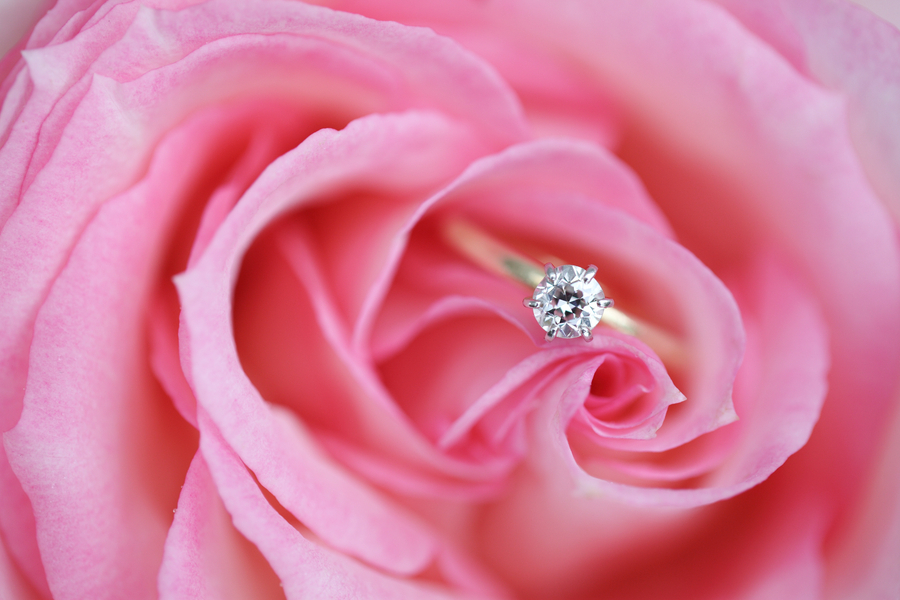 Yellow_gold_solitaire_engagement_ring.full