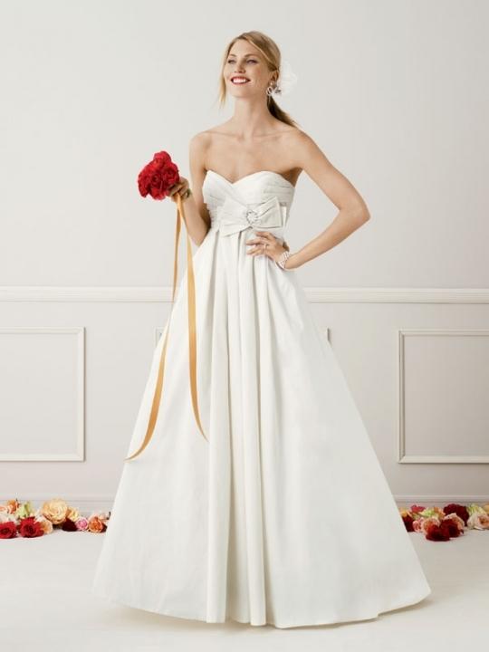 Full a-line princess ivory wedding dress with deep sweetheart ...