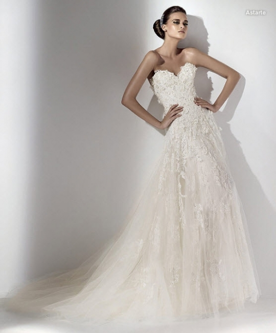 Elie Saab wedding dress with sweetheart neckline and loads of lace