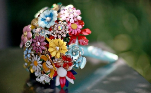 Eco-chic-alternatives-for-wedding-flowers-decor-vintage-brooch-bouquet-colorful-beautiful-keepsake.full