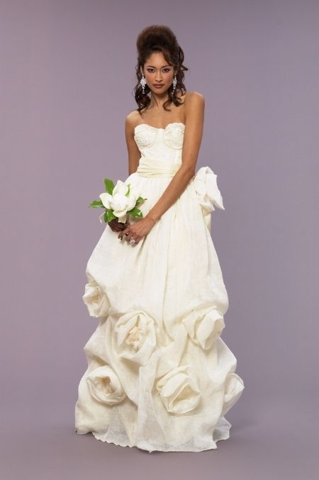 Beautiful and eco-friendly: Ivory wedding dress designed by Deborah Lindquist