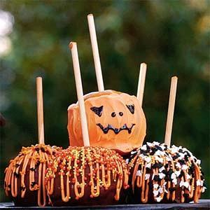 Delicious halloween-themed carmel apples, perfect DIY for guests at your wedding reception