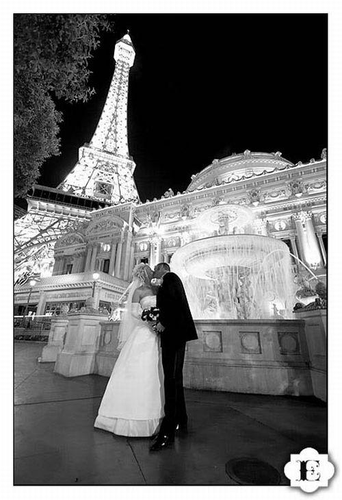 Monumental-locations-for-pre-wedding-photography-black-white-photo-bride-groom-in-front-of-eiffel-tower.original