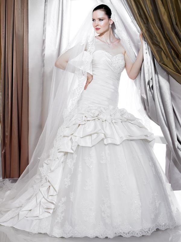 J6179-white-spring-2011-classic-wedding-dress--sweetheart-strapless-lace-skirt.full