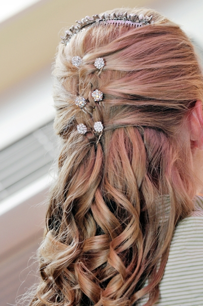 Bridal-hairstyle-long-blonde-hair-pulled-back-with-curls-rhinestone-clips.original
