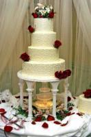 Photoguy-white-classic-wedding-cake-red-roses.full