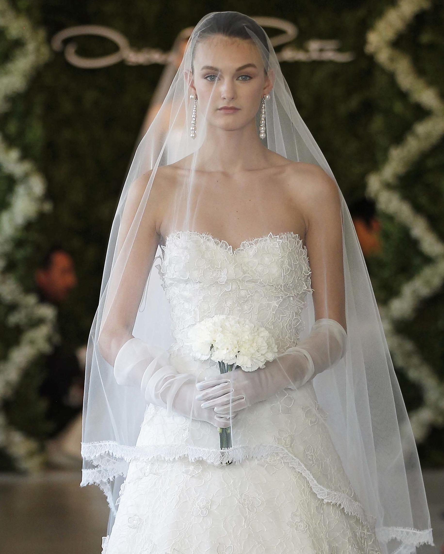 Oscar de la renta lace wedding dress for De la renta wedding dresses