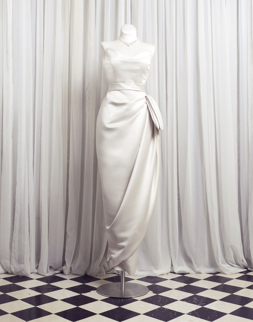 Elegant-vintage-inspired-wedding-dress-sweetheart-draping-detail.full