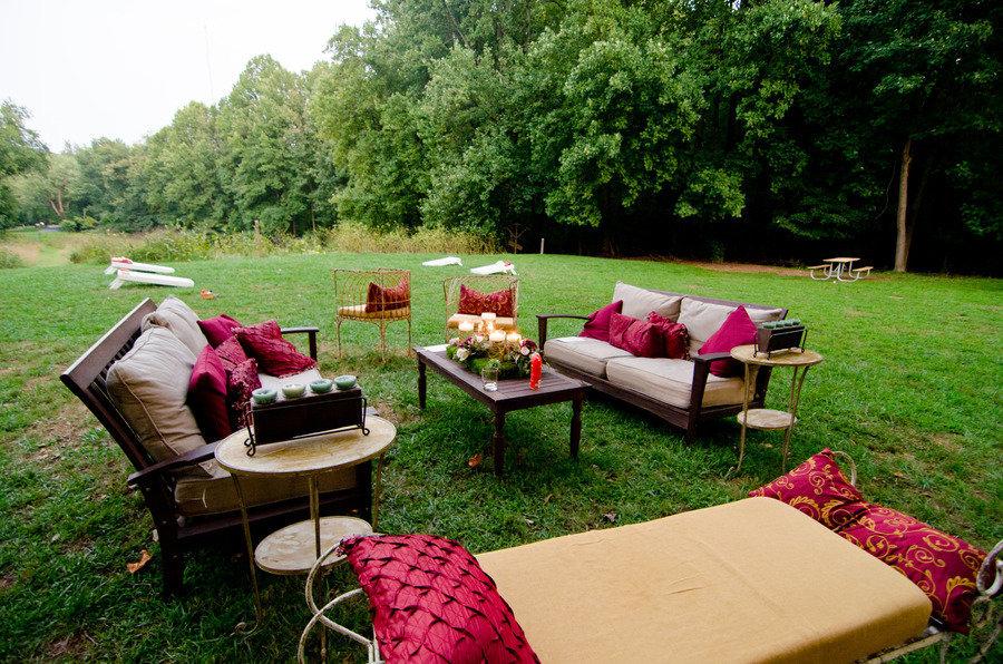 Real-wedding-elegant-outdoor-lounge-area.full