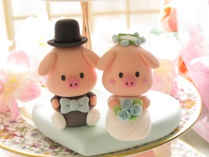 photo of Piggy and Piglet wedding cake toppers