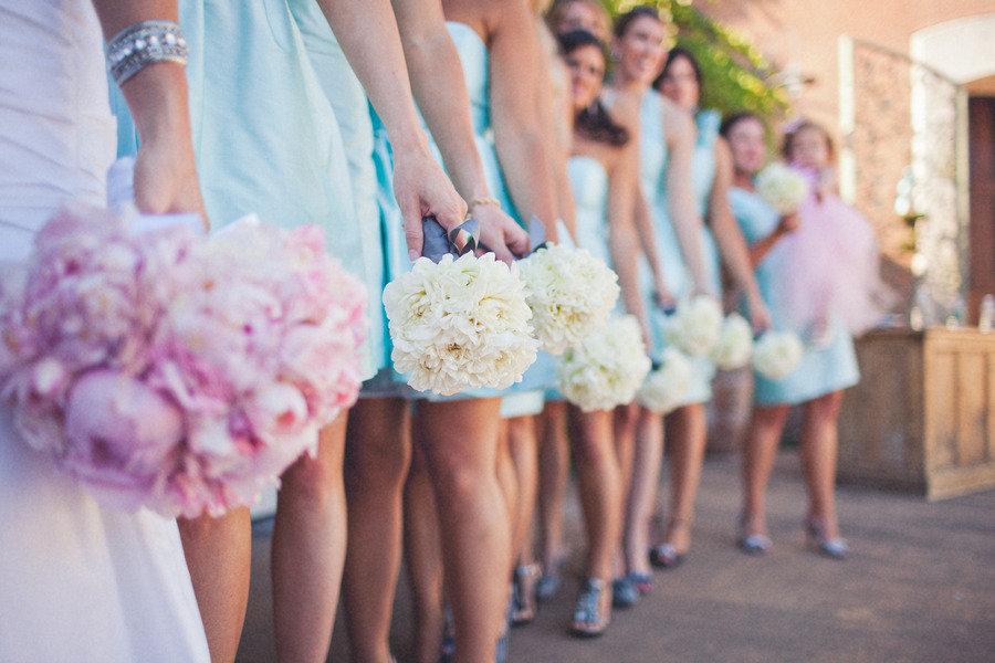 Romantic-winery-wedding-outdoor-wedding-venues-bride-bridesmaid-bouquets.full
