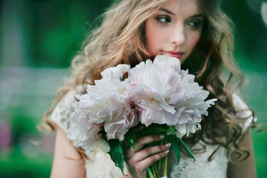 Romantic-spring-wedding-outdoor-venue-romantic-bride-with-bouquet.full
