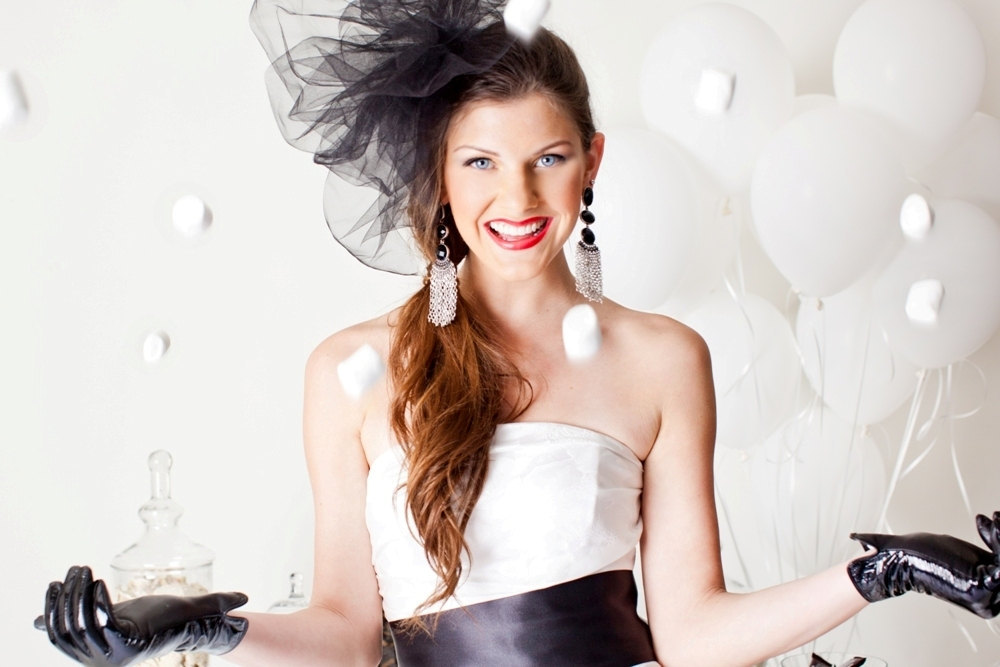 Bride-wears-black-wedding-accessories-pouf-veil.full