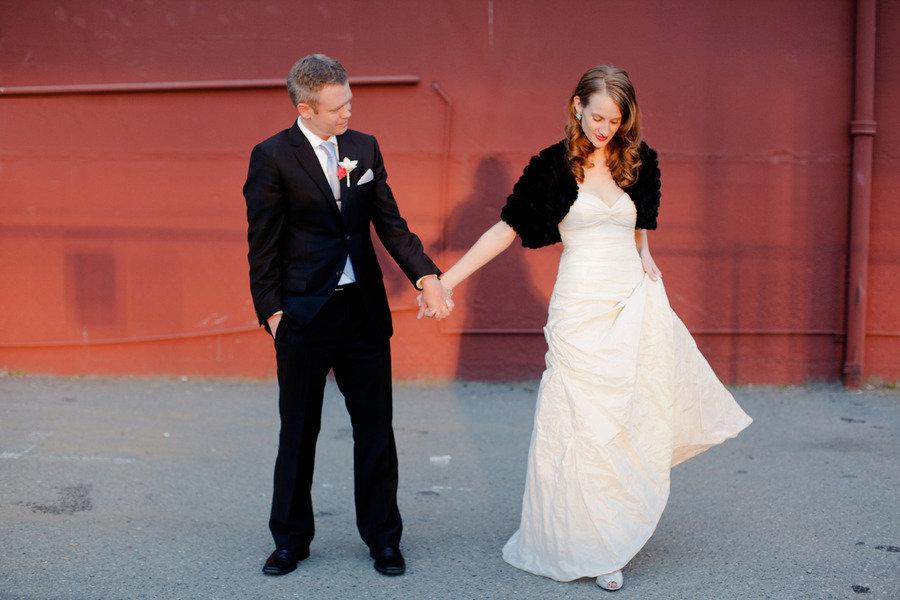 Winter-wedding-outdoor-couples-photo-black-bridal-bolero.full