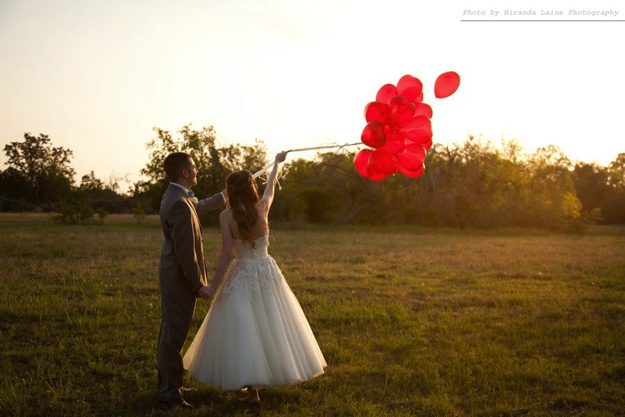 Bride-groom-outside-after-wedding-ceremony-release-balloons.full