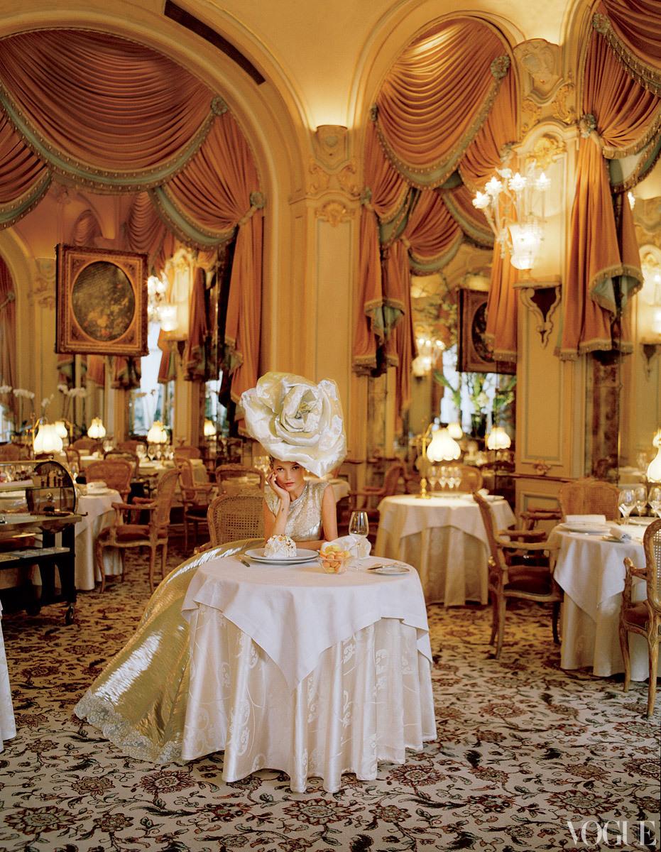 Dramatic-wedding-inspiration-kate-moss-elegant-ballroom-wedding-venue-oversized-bridal-hat.full
