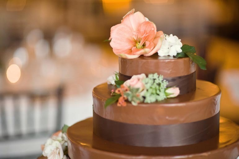 Unique-wedding-cakes-chocolate-peach-flowers.full