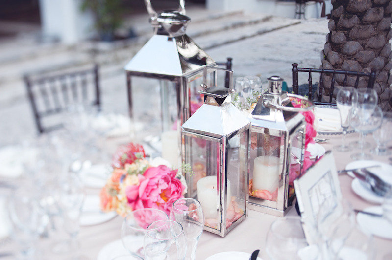 Beach wedding bright wedding color palette pink romantic outdoor reception - Decoration table mer ...