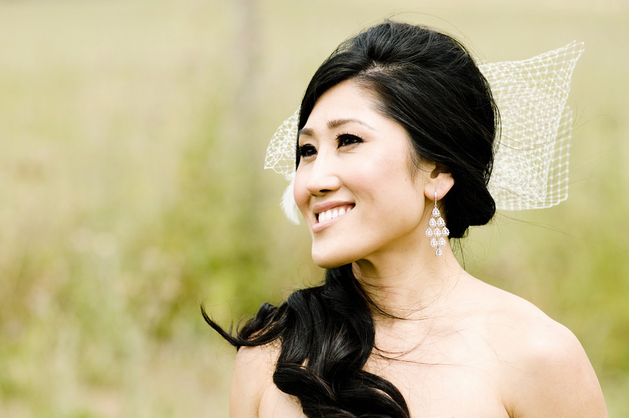 Asian-bride-wears-loose-side-ponytail-net-veil-bow.full
