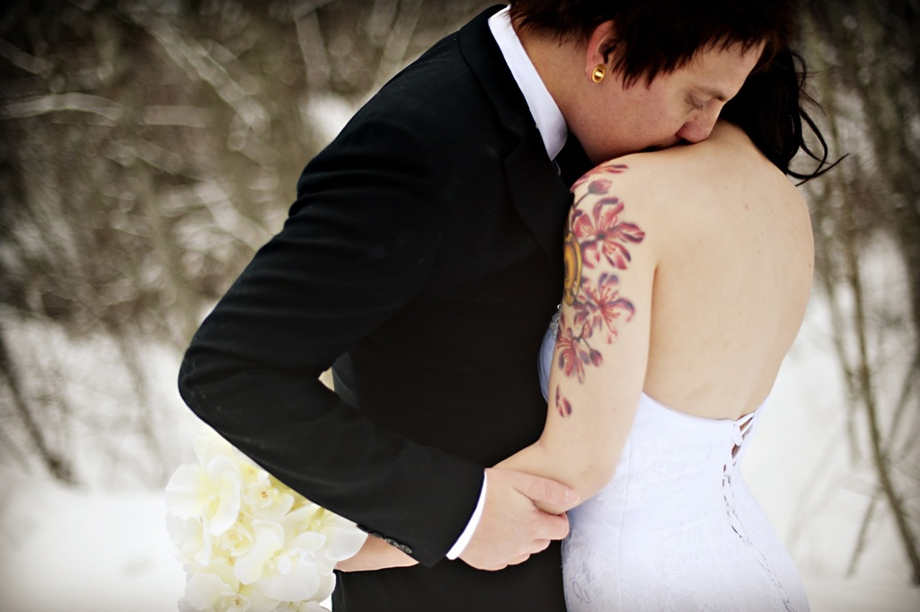 Snowy-winter-wedding-outdoor-photography-bride-groom-embrace.full