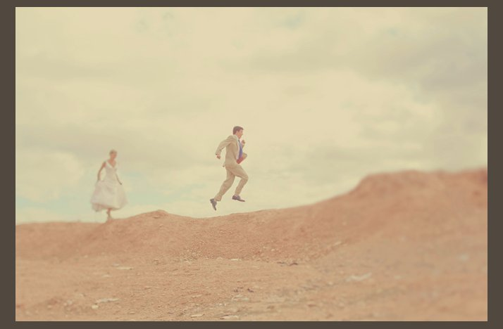 Desert-wedding-offbeat-wedding-style-casual-bride-groom-run-through-desert.full