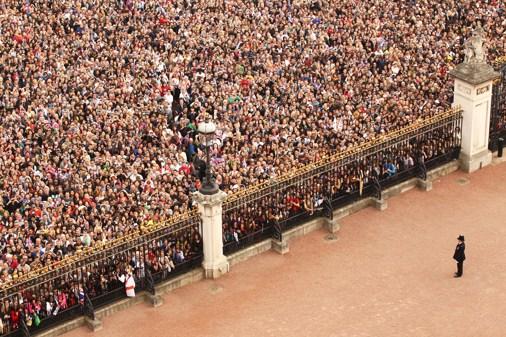 Royal-wedding-up-close-packed-crowd-victoria-memorial.full