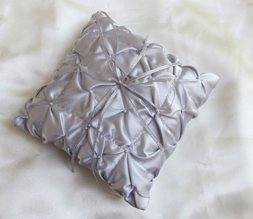 Silver%20ruffled%20ring%20pillow.full